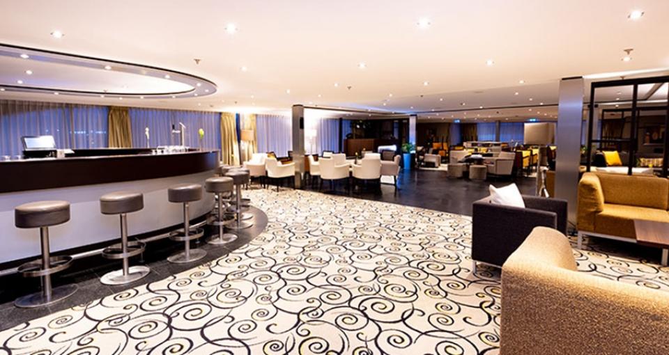 Den rummelige bar/lounge ombord på MS Monarch Princess.