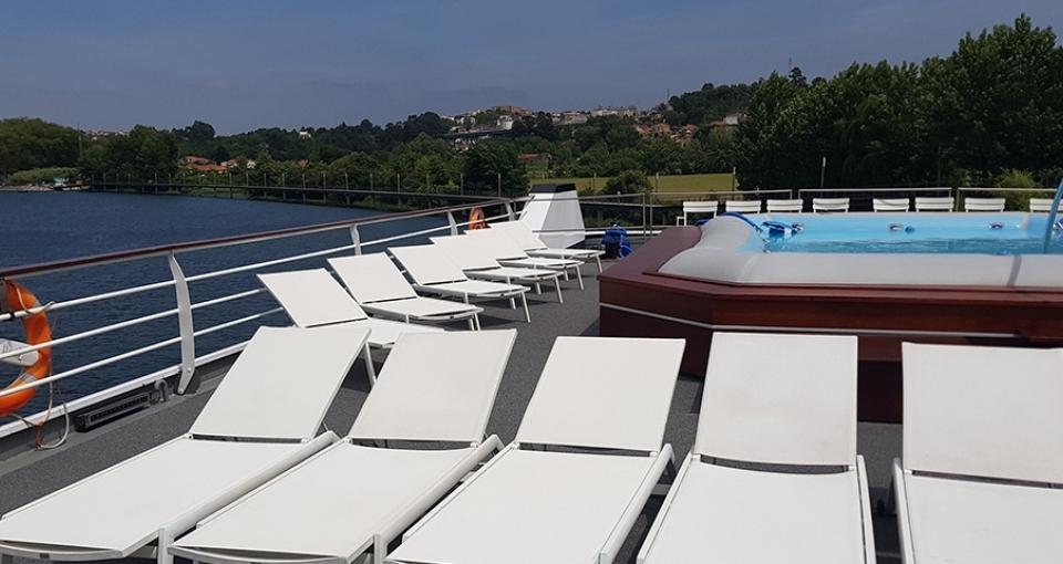 På soldækket på MS Gil Eanes finder du både solstole og en lille pool.