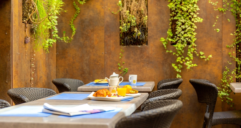 Terrassen ved morgenmadsrestauranten på hotellet.
