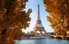 Eiffeltårnet omgivet af efterårsfarver.