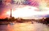 Fyrværkeri over Seinen og Eiffeltårnet.