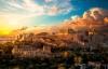 Solen går ned bag Akropolis og Panthenon templet.