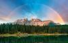 Regnbue over Dolomitterne og Lago Carezza.