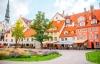 Hyggelige restauranter og farverige huse i Riga.