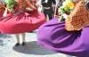 Dansere i traditionelle kostumer i Letland.