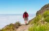 Mand vandrer på taget af Madeira.