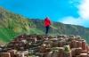 Mand tager billeder på toppen af Giants Causeway i Nordirland.