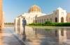 Mand på vej til bøn i Sultan Qaboos store moske.