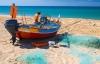 Fisker på stranden under solen ved Algarvekysten.