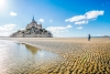 Turist tager billede af Mont Saint Michel.