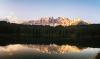 Spejling af bjerge i Carezza søen.