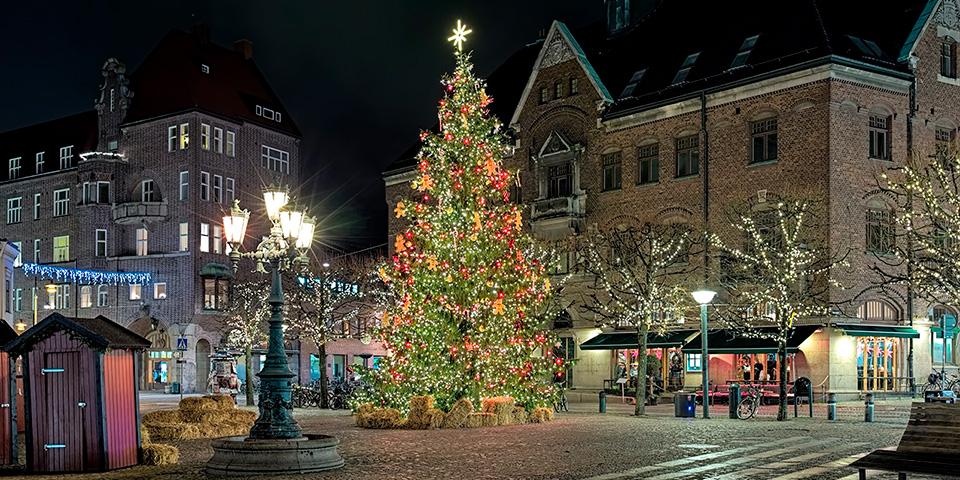Juletræet lyser op på torvet i Lund.