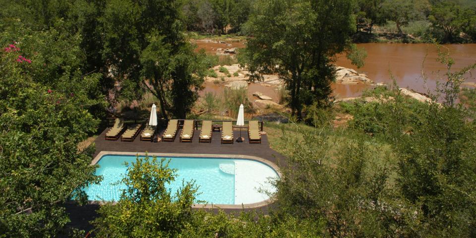 Pool med udsigt til floden i Balule Nature Reserve.