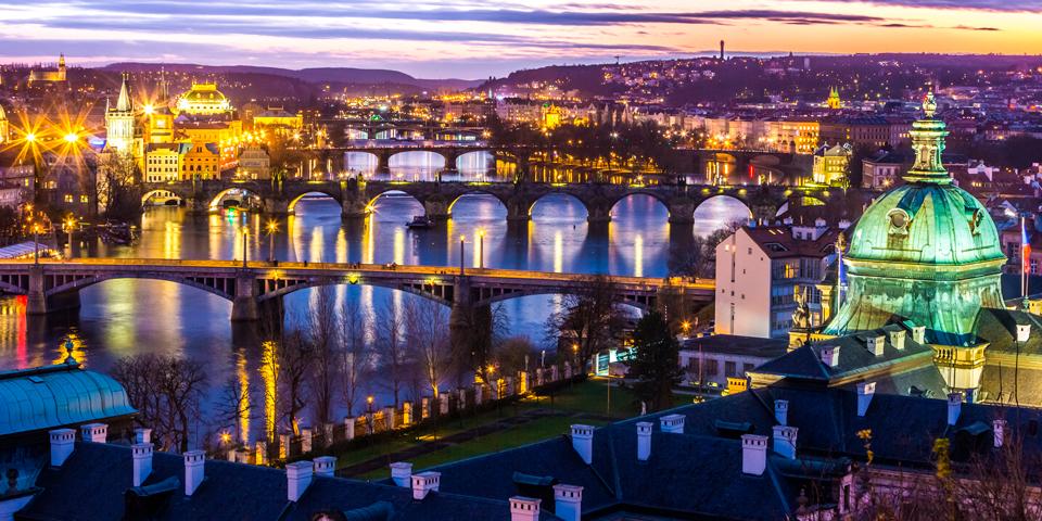 Smuk aftenbelysning på bygningenerne omkring Moldau.