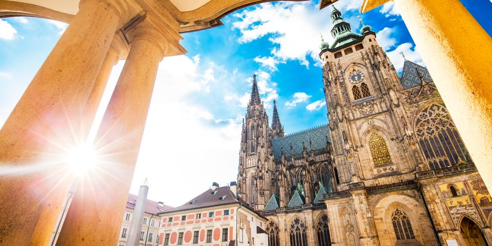 Solen skinner på Skt. Vitus-katedralen.