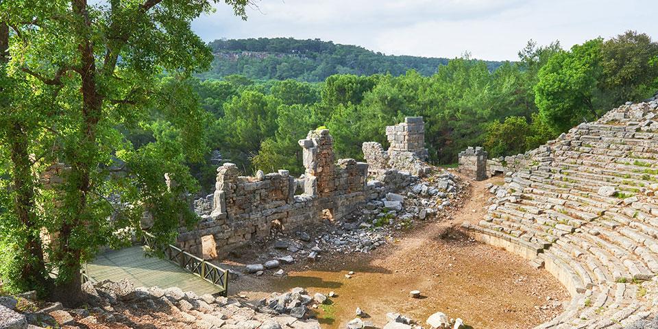 Ruinerne af bymur og amfiteater i den antikke by Troja.