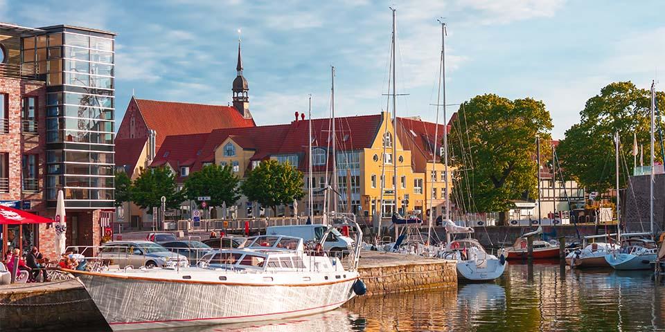 Havnen i Stralsund med hyggelige caféer.