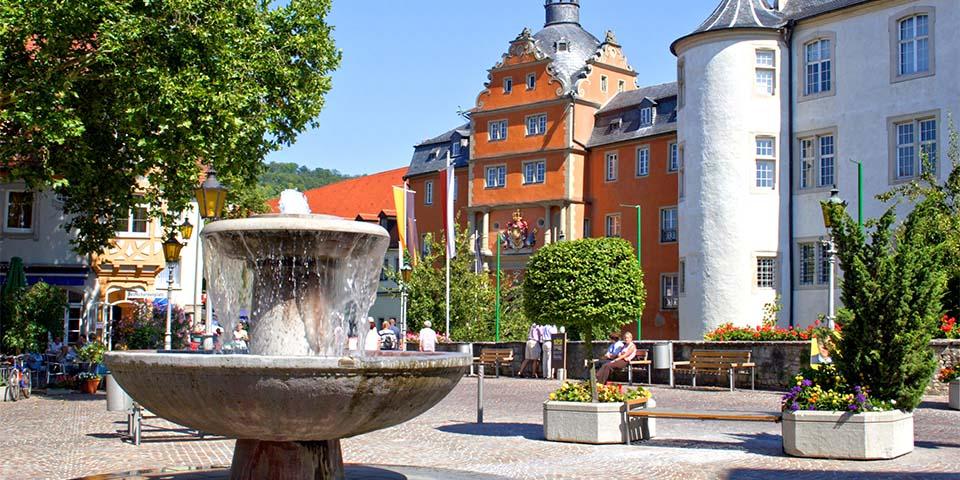 Foran rådhuset står byens brønd i Bad Mergentheim.