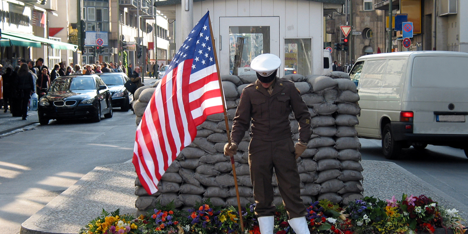 Soldat ved Checkpoint Charlie.