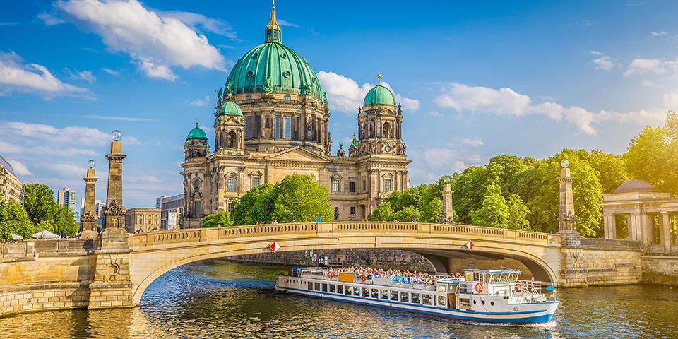 På en flot sejltur på Spreefloden ser vi Berlin fra en anden vinkel.