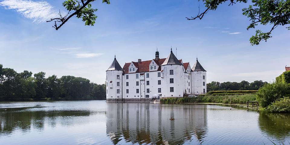 Glücksburg Slot ligger betagende lidt udenfor Flensburg.