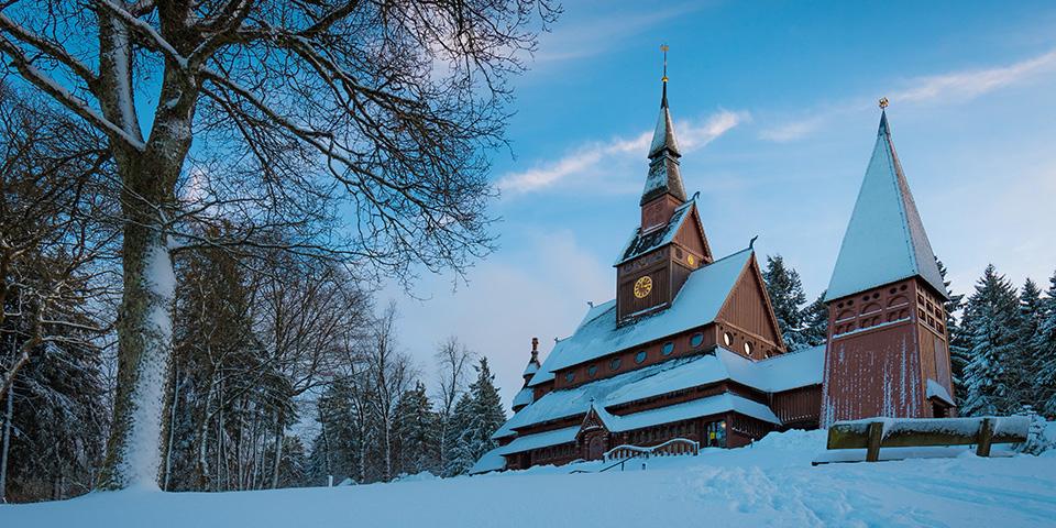 Stavkirken i Hahnenklee smukt klædt i hvidt.