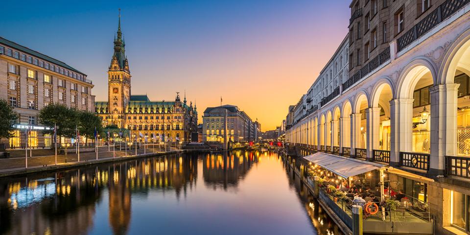 Hamborg i hyggelig aftenbelysning.