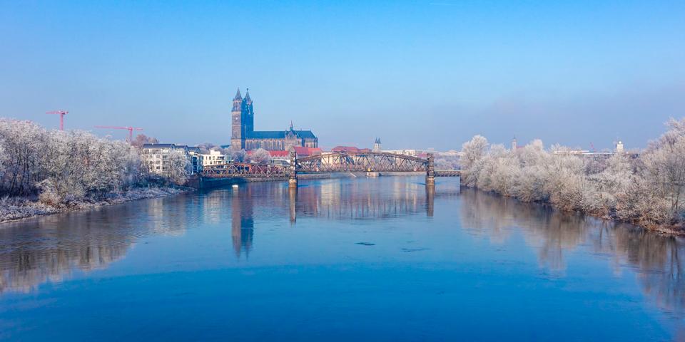 På lang afstand ser man Magdeburgs imponerende domkirke.