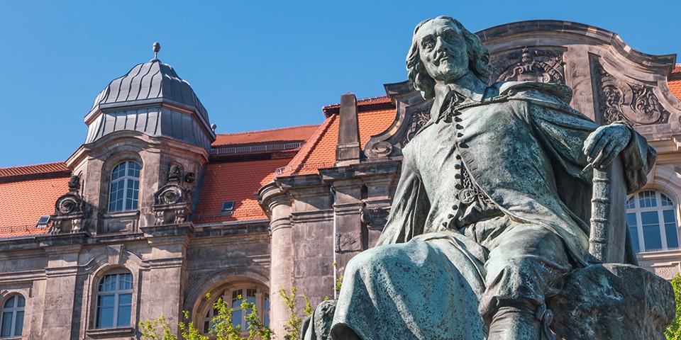 Kejser Otto den Store troner i Magdeburg.