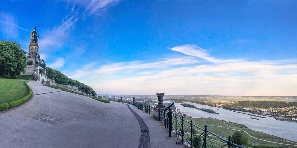 Mindesmærket Niederwalddenkmal med udsigt over Rhinen.