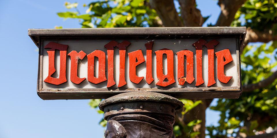 Bag skiltet til Drosselgasse venter en gade fyldt med hyggelige vinstuer.