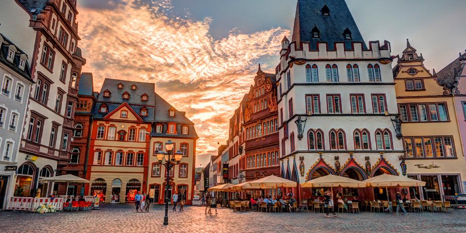 Solnedgang på den hyggelige plads i Trier.