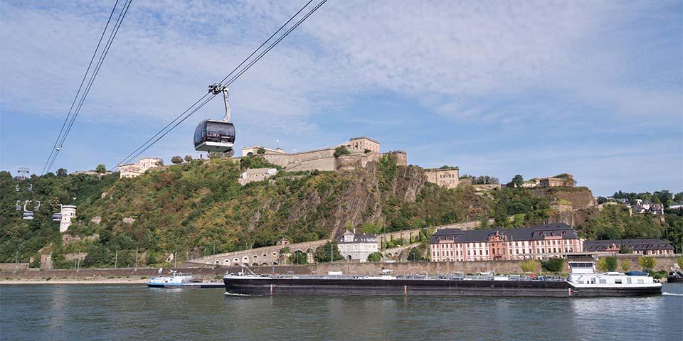 Svævebanen i Koblenz med Ehernbreitstein-fortet i baggrunden.
