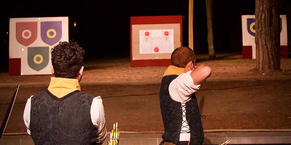 Ugens kampe indledes med en storslået bueskydningskonkurrence.