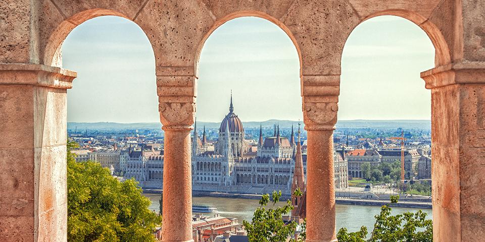 Udkig til Donau og Parliamentet fra Fiskerbastionen i Budapest.