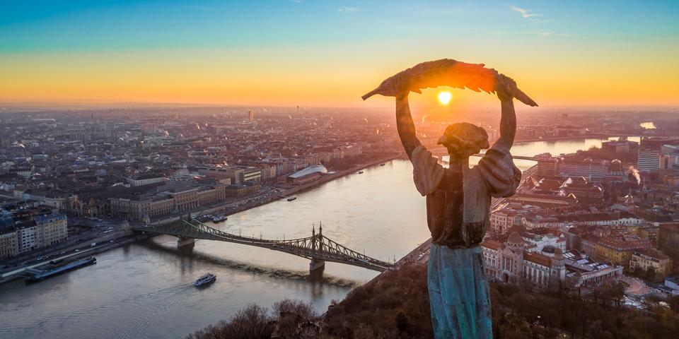 Solnedgang fra Gellertbjerget i Budapest.