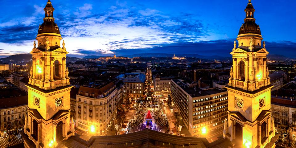 Julemarked i flotte omgivelser i Budapest.