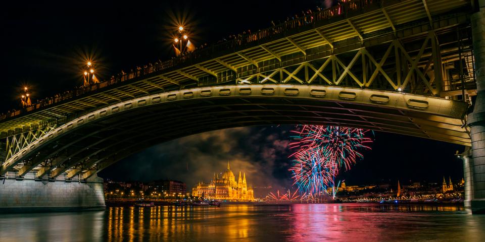 Fyrværkeri og Parlamentet nytårsaften i Budapest.