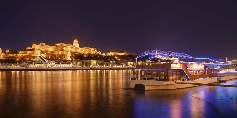 Aftensejlads på oplyste Donau.
