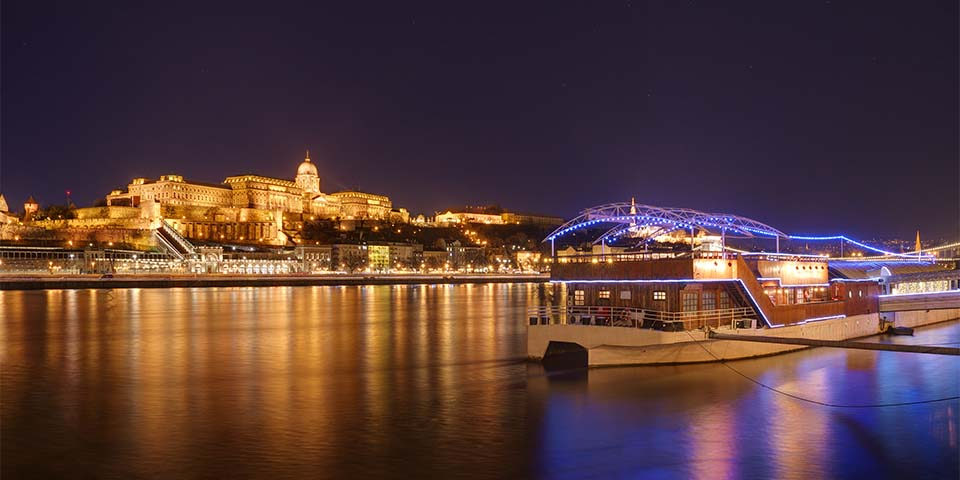 Nyd den flotte by fra Donaufloden.