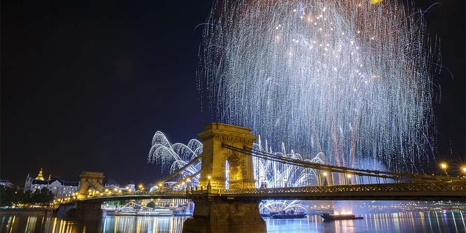 Man byder det nye år velkommen over hele Budapest.