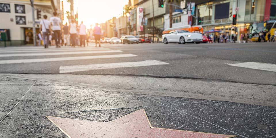 Walk of Fame med de berømte stjerner på Hollywood Boulevard og Vine Street.