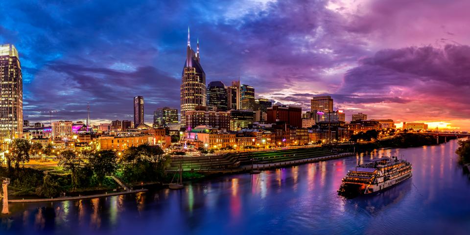 Nashville skyline i solnedgangen.