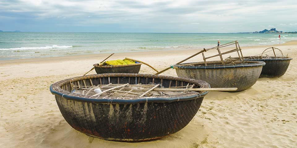Bambusbåde på den hvide sandstrand Non Nuoc.