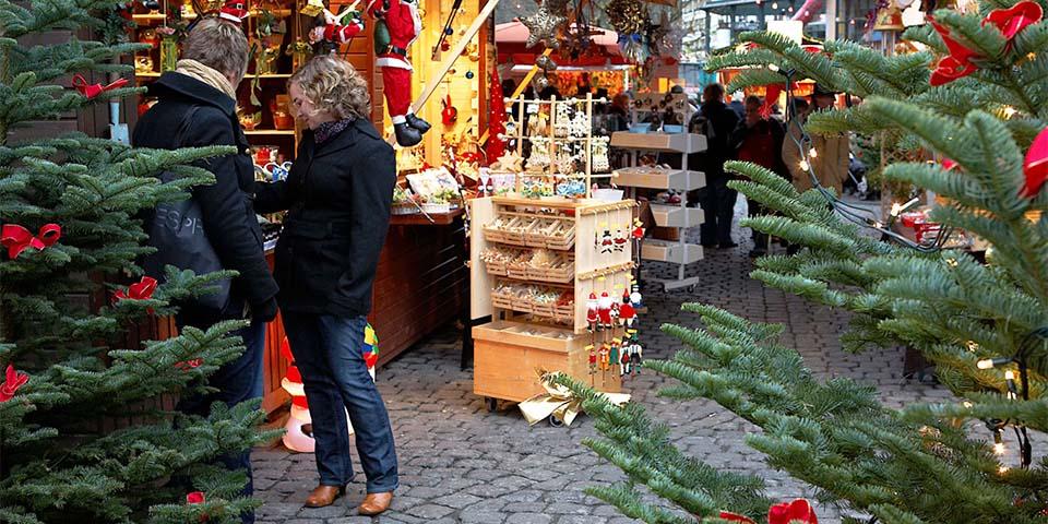 Julemarkedet i Cochem har masser at byder på, med alle de små boder.
